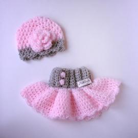 Gehaakt babyrokje met bijpassend mutsje - Roze en grijs