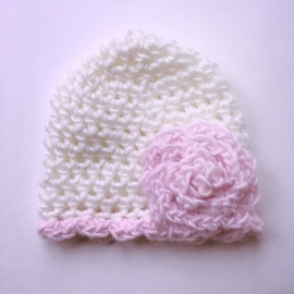 Gehaakte baby muts meisje (newborn) - Wit met roze bloem