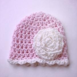 Gehaakte baby muts meisje (newborn) - Roze met witte bloem