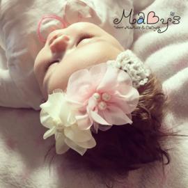 Gehaakt baby haarbandje - Wit met parelbloemetjes creme en lichtroze