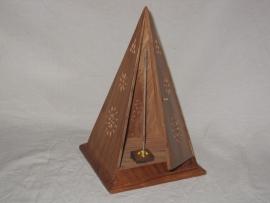 Staande Wierookhouder, Brede Piramide