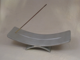 Wierookhouder, Gebogen schaal van Aluminium op gebogen voet.