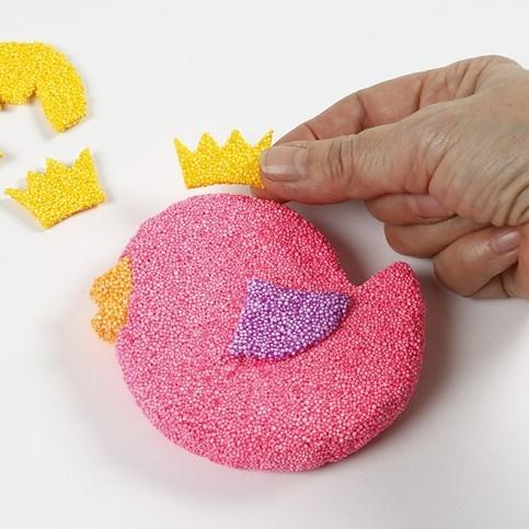 Foam Clay in klein detail kun je makkelijk maken door de Foam Clay uit te knippen.