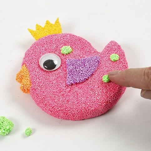 Decoreren met Foam Clay is leuk en heel makkelijk. Wanneer je platte figuren gebruikt, is het al geschikt voor de allerjongste kinderen uit de onderbouw.