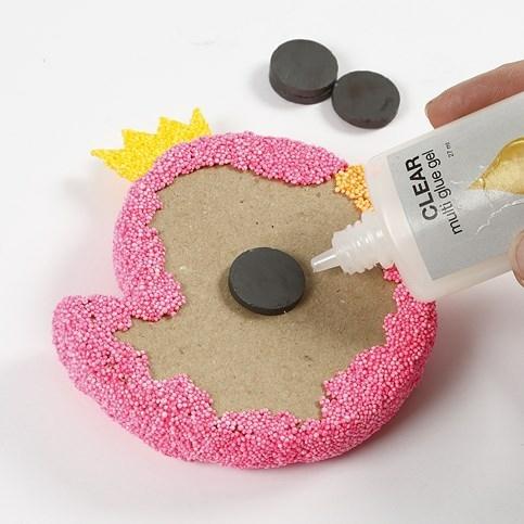 Keukenmagneet zelf maken. Wil je van je Foam Clay keukenmagneten maken, laat kan de achterzijde vrij en plak er een magneet achter. Keuze uit heel veel leuke figuren. Ook leuk: Sleutelhangers met Foam Clay!