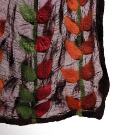 Sjaal vilt op bruine ZIJDE met bladranken