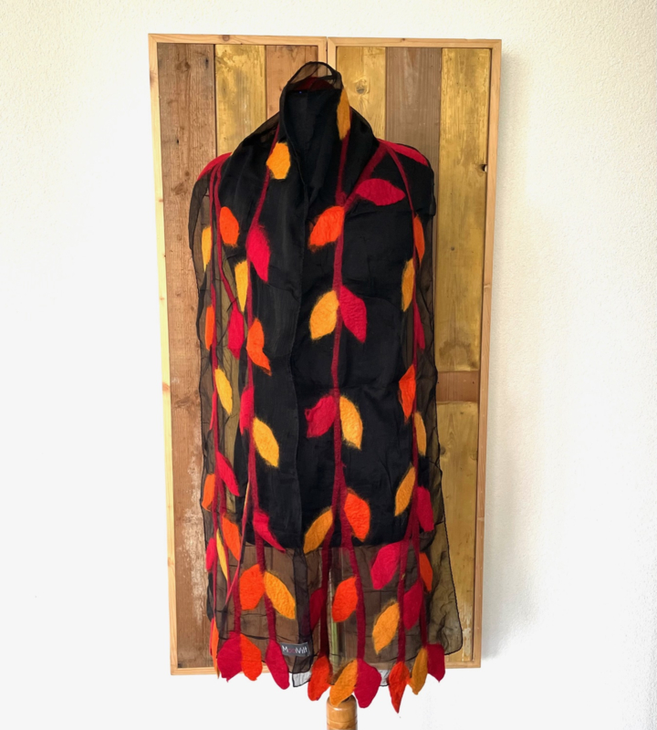 Sjaal met vilten blaadjes in rood, oranje, geel tinten op zwarte ondergrond
