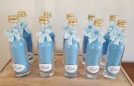 Glazen flesje gevuld met badzout