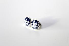Crazyclage - oorstekers blauw met wit kroontje - zilveren oorbellen met kroonkurk
