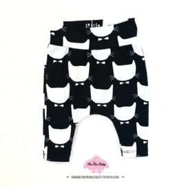 Maat 62 - Baggy broekje - zwart/wit poes met strik