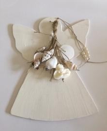 Houten engel met zeepengel en schelpen