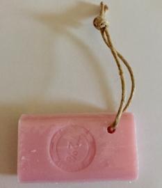 Marseille zeep aan koord, met stempel, rose