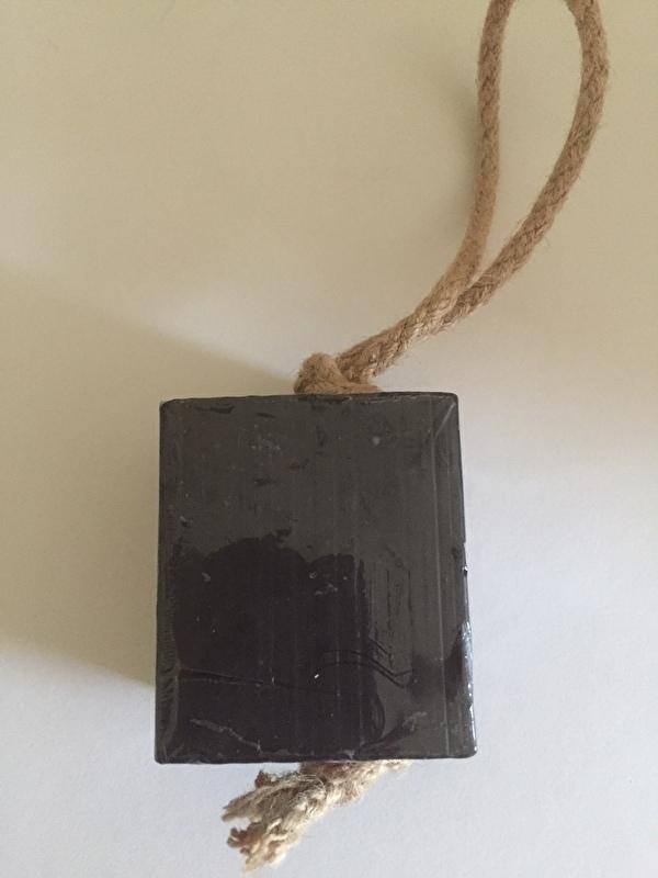 Blok zeep aan koord, zwarte olijven.