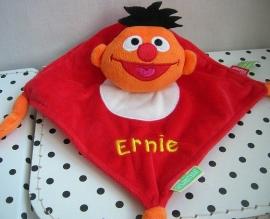 Sesamstraat Ernie knuffeldoekje rood | Tiamo
