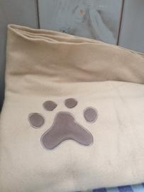 honden dekentje met pootje en naam licht bruin