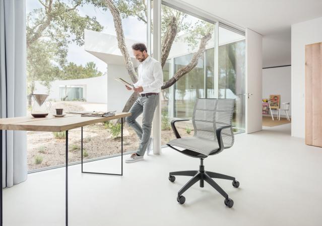 Home, zit-sta tafel, een inspirerende thuiswerkomgeving; gezond kantoor