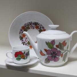 Grote schaal met thee pot en kop met schotel Kahla