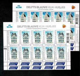 2012. V2898/9 KLM Delftsblauwe porseleinen huisjes in cel vellen **