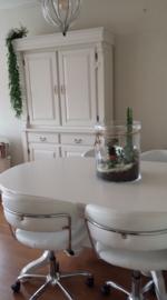 Witte servieskast, witte tafel