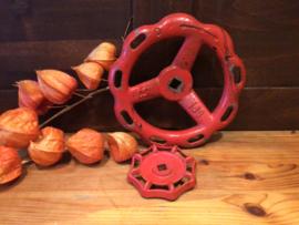 2 rode industriële draaiwielen