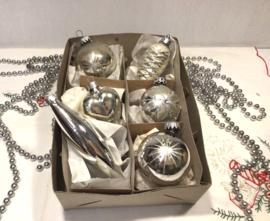 6 zilverkleurige kerstballen