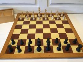 Homas schaakbord met houten stukken