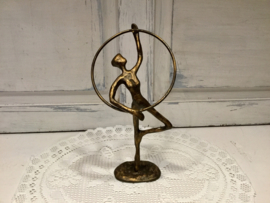 Bronzen beeldje, danseres met hoepel