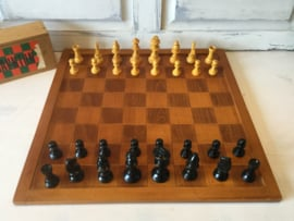 Oud schaakbord met houten stukken
