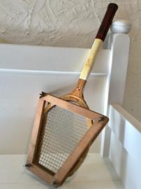 Oude tennisracket met houder