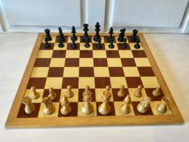 Homas schaakbord met oude stukken