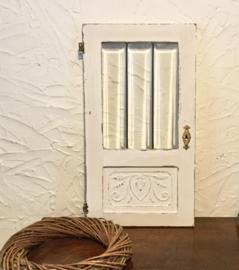 Antiek deurtje met brocante karakter