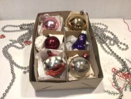 6 kerstballen, gekleurd.