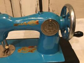 Gietijzeren kindernaaimachine uit Rusland