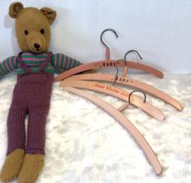 Oude houten baby kleerhangers