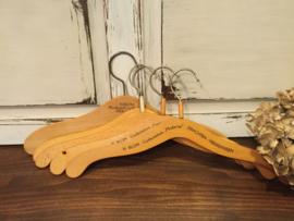 Vintage kleerhangers van hout