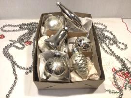 6 kerstballen, w.o. dennenappel klokje pegel