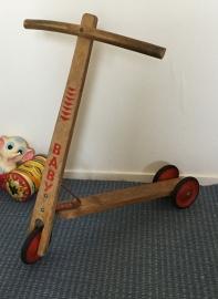 Leuk oud houten stepje