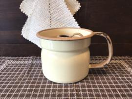Crèmekleurige melkkoker