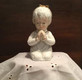Porseleinen biddend meisje