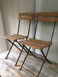 OV20110547 Oude Franse opklapbare terrasstoeltjes ( 2 gelijke) met houten zitting in zeer mooie staat! Vermelde prijs is per stuk. Ophalen of bezorging via koerier mogelijk (kosten op aanvraag)