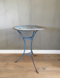 BU20110087 Old French bistro table in the original beautiful blue patina in beautiful condition! Size: 71.5 cm. high / 55 cm. cross section. Pickup only.