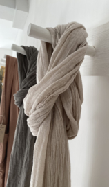 Couleur Chanvre transparante shawl gemaakt in Frankrijk en vervaardigd uit 100% ecologisch Frans hennep. Afmeting: 54 x 220 cm.
