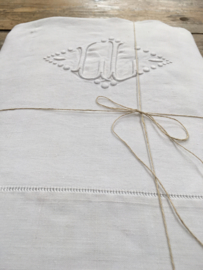 LI20110028 Antique French linen sheet beautiful monogram - C. L. - and finished with lace edge. Has a small wear spot with the monogram (see photo: 4), but otherwise in good condition! / Size: 3.20 mtr. long / 2.30 mtr. wide.