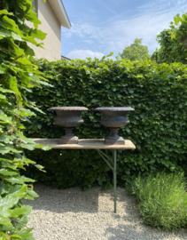 BU20110086 Set 19de eeuwse grote Franse gietijzeren tuinvazen periode 1875-1900 in prachtige staat en originele patine. Afkomstig van een Château in Orne, departement in Normandië. Afm: 43,5 cm. hoog / 50 cm. doorsnede. Alleen ophalen!
