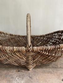 OV20110755 Oude Franse plukmand van wilgenteen in prachtige licht vergrijsde staat! Afmeting: 56 cm lang / +/- 18 cm. hoog (tot hengsel)