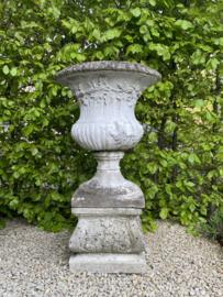 BU20110093 Grote antieke Franse betonnen tuinvaas inclusief sokkel in prachtige verweerde staat! Afmeting: 92 cm. hoog / 55 cm. doorsnede. Alleen ophalen of bezorgen binnen NL tegen vergoeding.