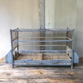 OV20110532 Prachtige verweerde oude Franse vogelkooi in mooi sleets blauw. Afmeting: 86,5 cm. lang / 46,5 cm. hoog / 27,5 cm. breed. Ophalen of bezorging via koerier mogelijk (kosten op aanvraag)