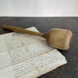 OV20110742 Oude doorleefde houten stamper, mooi in zijn eenvoud...in prachtige staat! Afmeting: 32 cm. lang / 6,5 cm. doorsnede