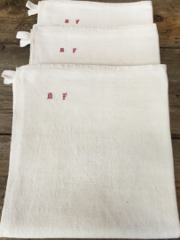 LI20110022 eind 19de eeuwse doeken van hennep met subtiel monogram ~M F~ in prachtige staat! / Afmeting: 98 cm. lang / 90 cm. breed. Vermelde prijs is per stuk.