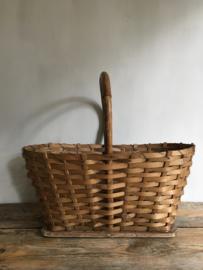 OV20110604 Oude Franse spanen plukmand in bijzonder model in prachtige staat! Afmeting: 23 cm. hoog (tot hengsel) / 48 cm. lang / 29 cm. doorsnede.